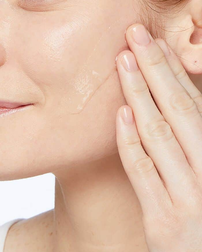 Sữa rửa mặt Cerave Renewing SA Cleanser có kết cấu dạng gel lỏng, là loại tạo bọt khá ít