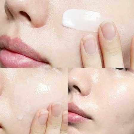 Sản phẩm kem dưỡng da tinh chất rau má Skin 1004 tuy có kết cấu hơi đặc nhưng khả năng thẩm thấu rất nhanh