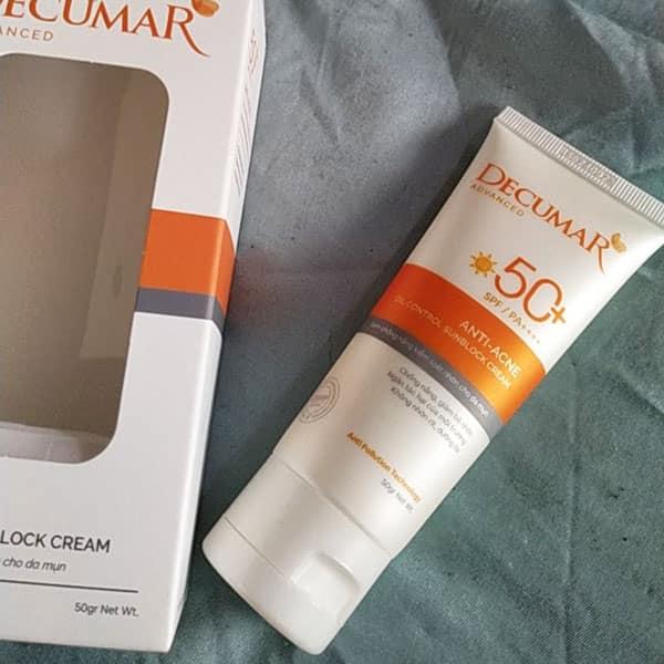 Tuýp kem có thiết kế rất bắt mắt sử dụng tone màu trắng và vàng nghệ đặc trưng của hãng Decumar,