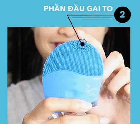 phần chỏm đầu có kích cỡ các gai silicon to và thưa hơn dùng để làm sạch sâu vùng có mụn cám, mép mũi và khóe miệng