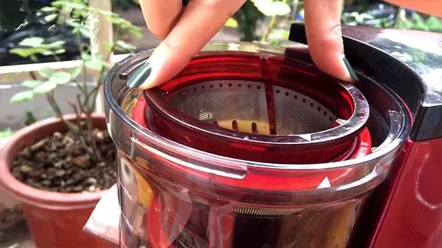 Lắp đặt phễu lọc vào trong cối ép (khoang ép)