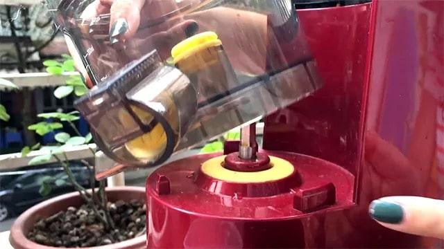 Lắp đặt khay đựng cối ép vào các điểm gờ trên thân máy