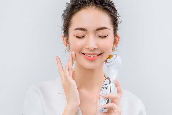 máy massage mặt đem đến rất nhiều công dụng làm đẹp cho các chị em